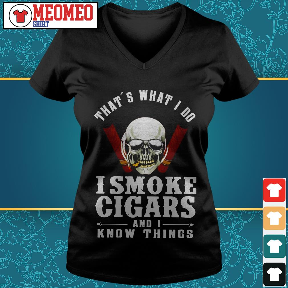 Skull That's what I do I smoke cigars and I know things V-neck t-shirt